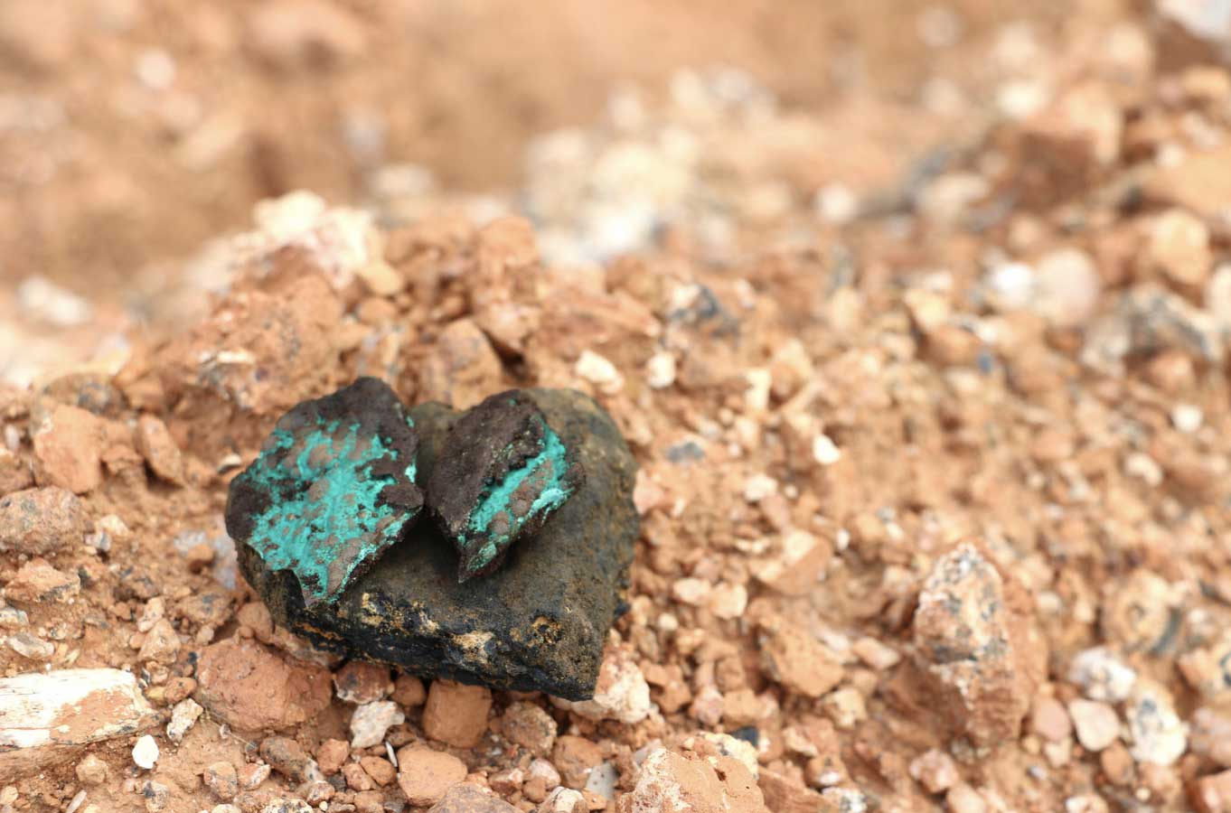 Cobalt is often found alongside copper and malachite (stones with blue-green). Therefore, these supply chains, and the related risks, are often closely linked to each other.